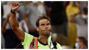 Nadal saluda a la grada tras caer en el último Roland Garros