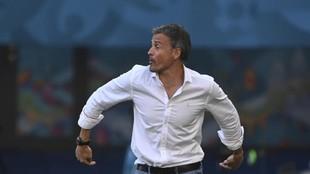 Luis Enrique hace un gesto a sus jugadores durante el partido ante...