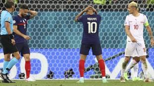 Mbappé se lleva las manos a la cabeza tras fallar una ocasión ante...
