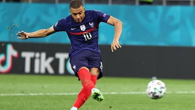 Mbappé lanza el último penalti de Francia ante Suiza.