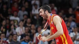 Oriola, eufórico tras colgarse la medalla de oro en el pasado Mundial...