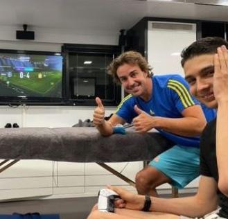 Fernando Alonso y Esteban Ocon jugando vídeojuegos