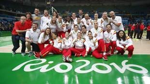 La selección española de baloncesto y su cuerpo técnico celebran la...