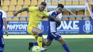 Xisco JIménez ante Juan Ibiza en el partido del Alcorcón ante el...
