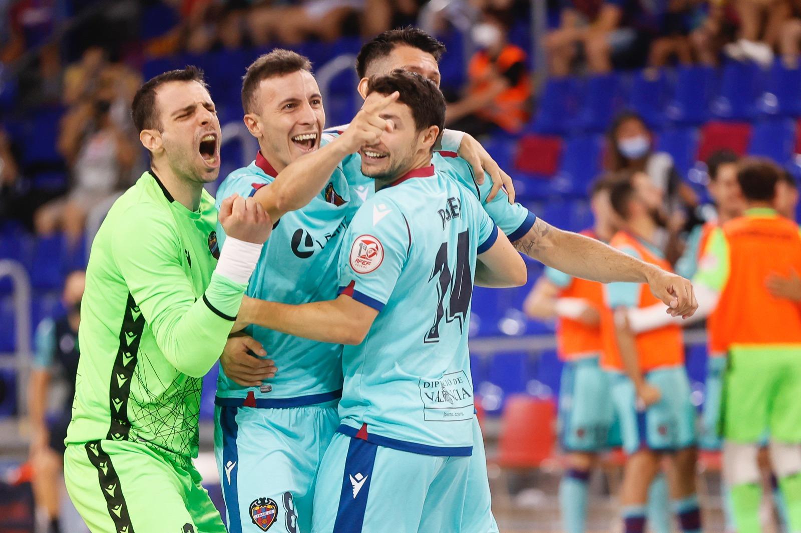Los jugadores del Levante celebran el 0-1