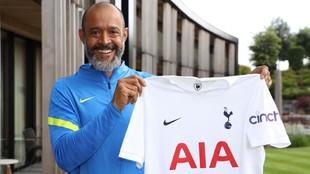 Nuno ya posa con la camiseta del Tottenham.