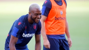 Doukouré, en un entrenamiento con el Levante.