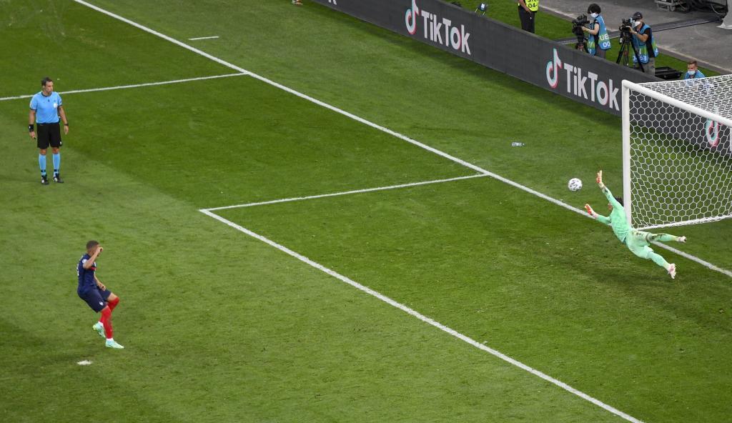 Yann Sommer para el penalti a Kylian Mbappé