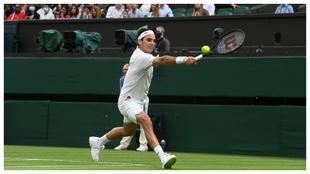 Federer golpea de revés
