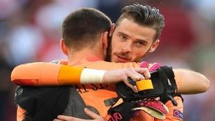 De Gea se abraza a Unai Simón al término del partido ante Croacia,...