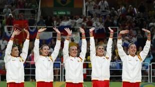 El equipo español de gimnasia rítmica con la medalla de plata ganada...