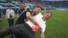 Unai Simón abraza a Luis Enrique tras la tanda de penaltis ante...