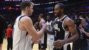 Luka Doncic y Kawhi Leonard se saludan tras un partido entre Clippers...