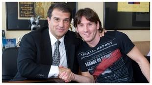 Laporta y Messi, después de sellar un acuerdo de renovación en 2009.