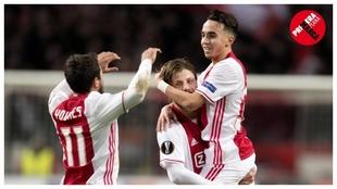 Nouri, felicitado por dos compañeros del Ajax tras conseguir un gol.