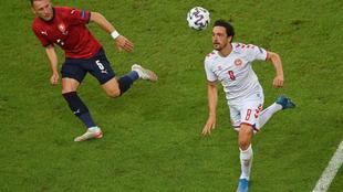 Delaney trata de llevarse un balón durante el partido ante la...