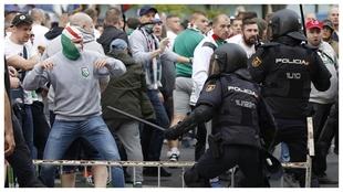Ultras del Legia se enfrentan a la policía española en 2016.