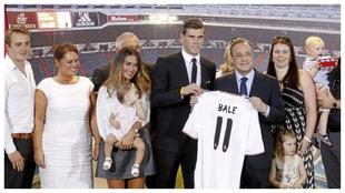 Bale y su familia posan junto a Florentino Pérez en la presentación...