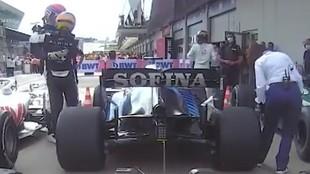 Momento en el que Alonso abraza a Russell tras la carrera de Austria...