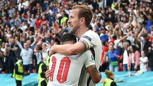 Harry Kane y Raheem Sterling se abrazan después de marcar un gol.
