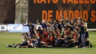 Los jugadores del Lugo celebrando la salvación en Vallecas