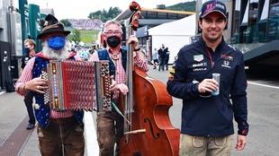 Checo Pérez vistió un lederhosen en el GP de Austria