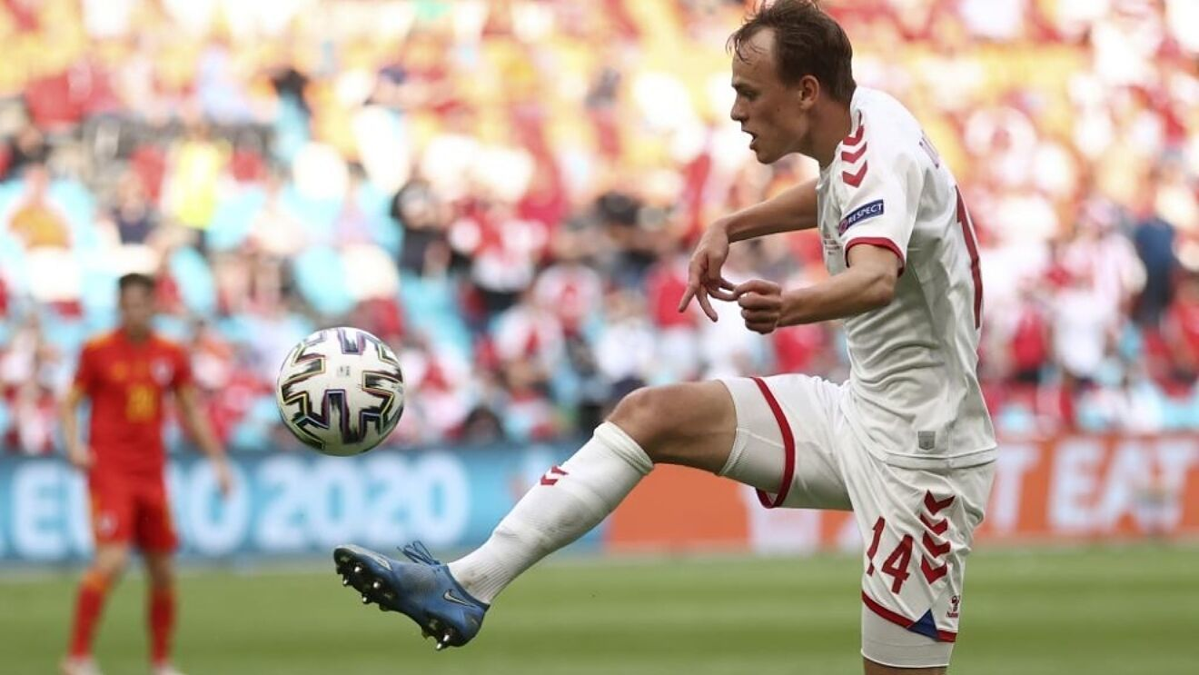 Mikkel Damsgaard controlando el balón con Dinamarca en esta Eurocopa.