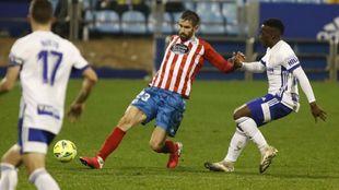 Venancio controla el balón durante el partido del Lugo en La Romareda