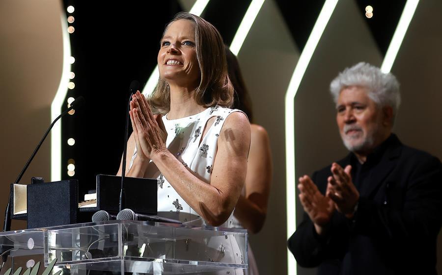 Pedro Almodóvar entregó la Palma de Oro de honor del Festival de Cannes a Jodie Foster /