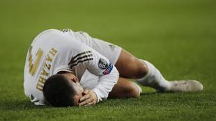 Eden Hazard se queja en el césped de una entrada