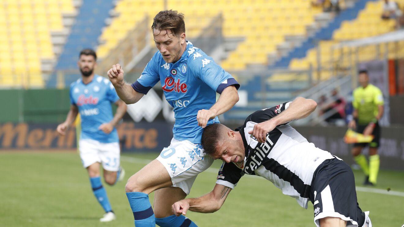Piotr Zielinski con e un partido con el Nápoles.
