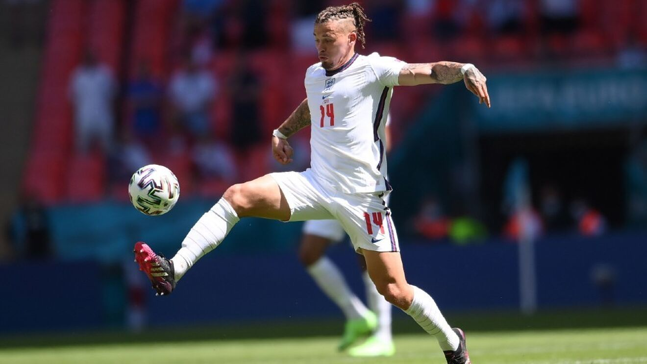 Kalvin Phillips controlando un balón en esta Eurocopa con Inglaterra.