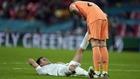 Eric García tendido en el suelo siendo ayudado por su compañero Unai...