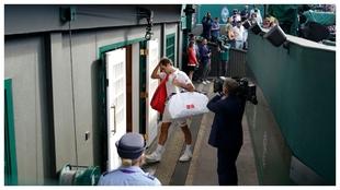 Federer abandona contrariado la pista central
