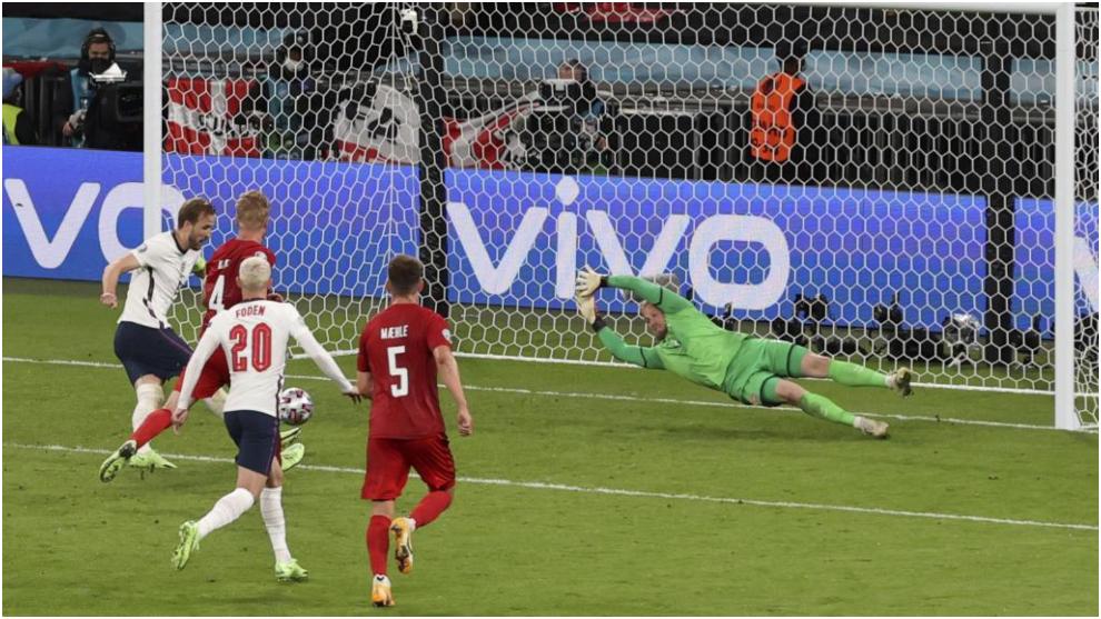 Inglaterra se hace hueco en su final con polémica