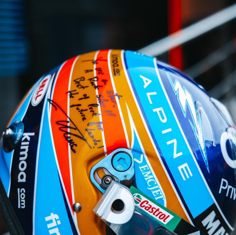 El casco de Alonso dedicado para Norris.