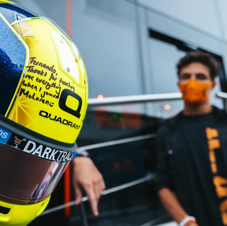El casco de Norris para Alonso.