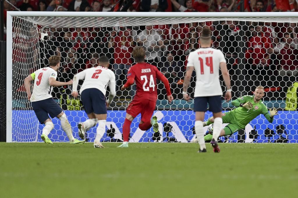 Schmeichel parando el penalti de Harry Kane.