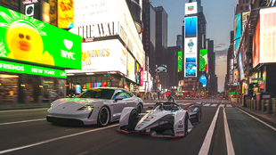 Los dos modelos alemanes, en una de las plazas más famosas del mundo.