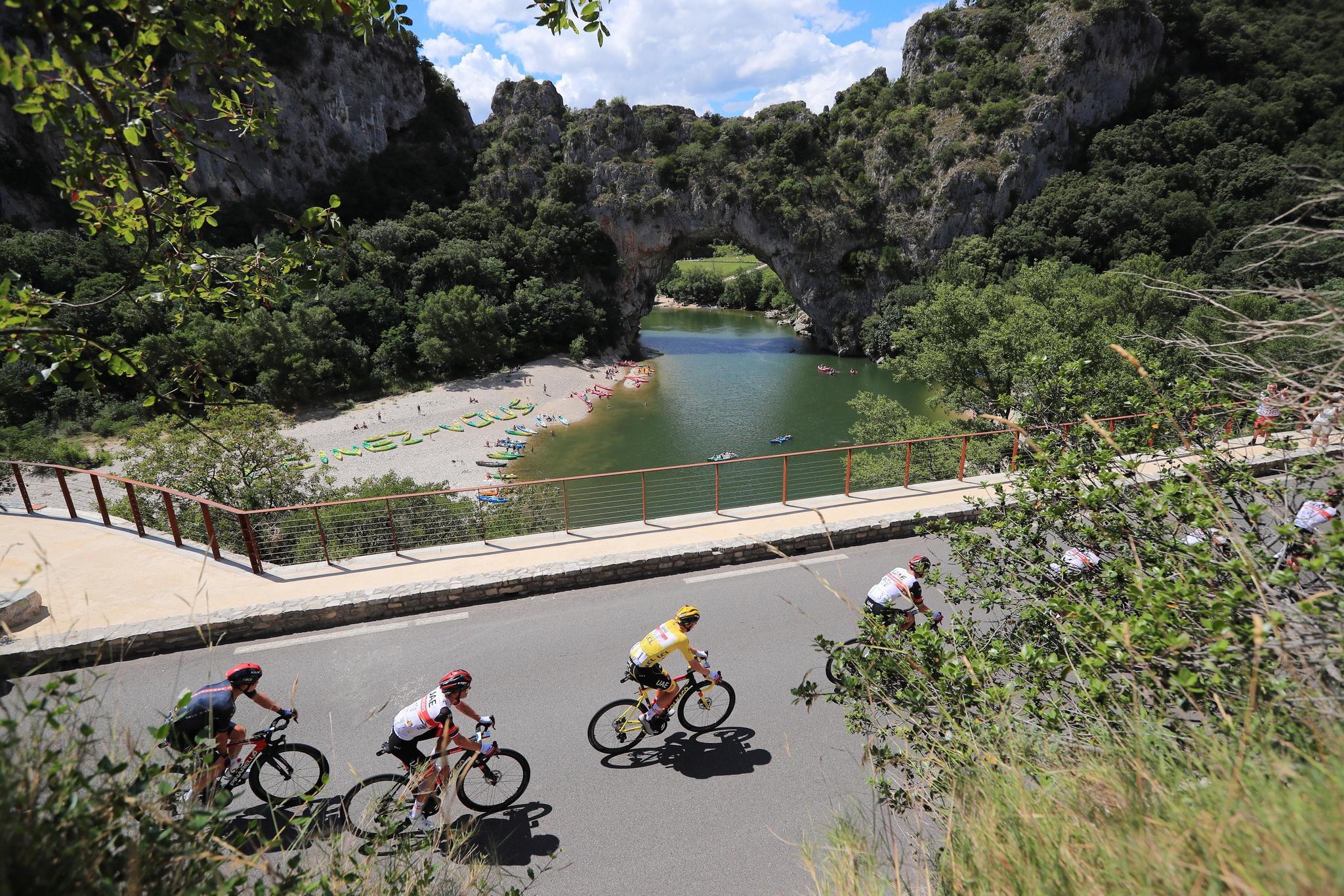 El ciclista esloveno del UAE Tadej Pogacar vestido con el maillot amarillo, a su paso por Vallon-Pont-d'Arc.