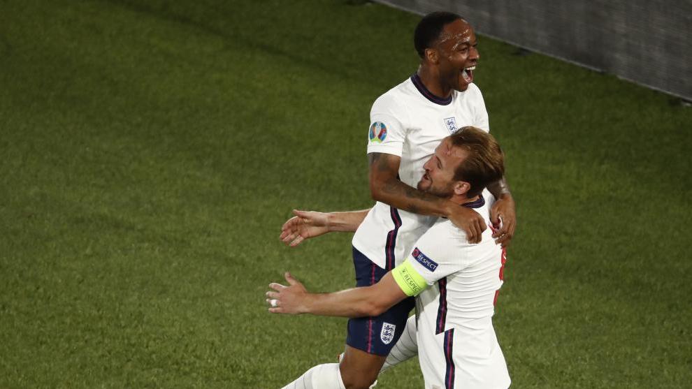 Sterling y Kane celebran uno de los dos goles del delantero del Tottenham a Ucrania.