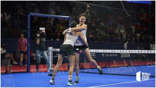 Tamara Icardo y Delfina Brea se abrazan tras ganar su partido de...