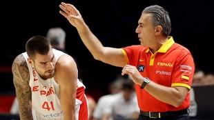 Sergio Scariolo alecciona a Juancho Hernangómez durante el amistoso...