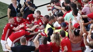 La selección de Hungría celebrando un gol con sus aficionados.