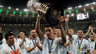 Di María ofrece la Copa América a los aficionados.