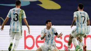 De Paul y Tagliafico corren a abrazarse con Messi tras proclamarse...