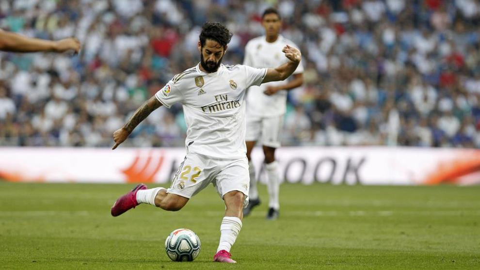 Isco golpeando el balón en la temporada 2019/20 con el Real Madrid.