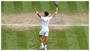 Djokovic saluda a la grada de Wimbledon
