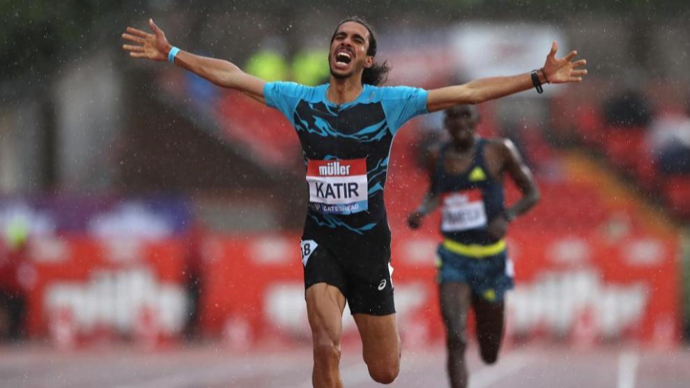 Mohamed Katir (23) celebrando la victoria en una carrera