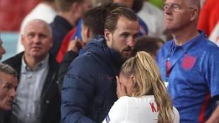 Kane consuela a su pareja tras la derrota de Inglaterra.